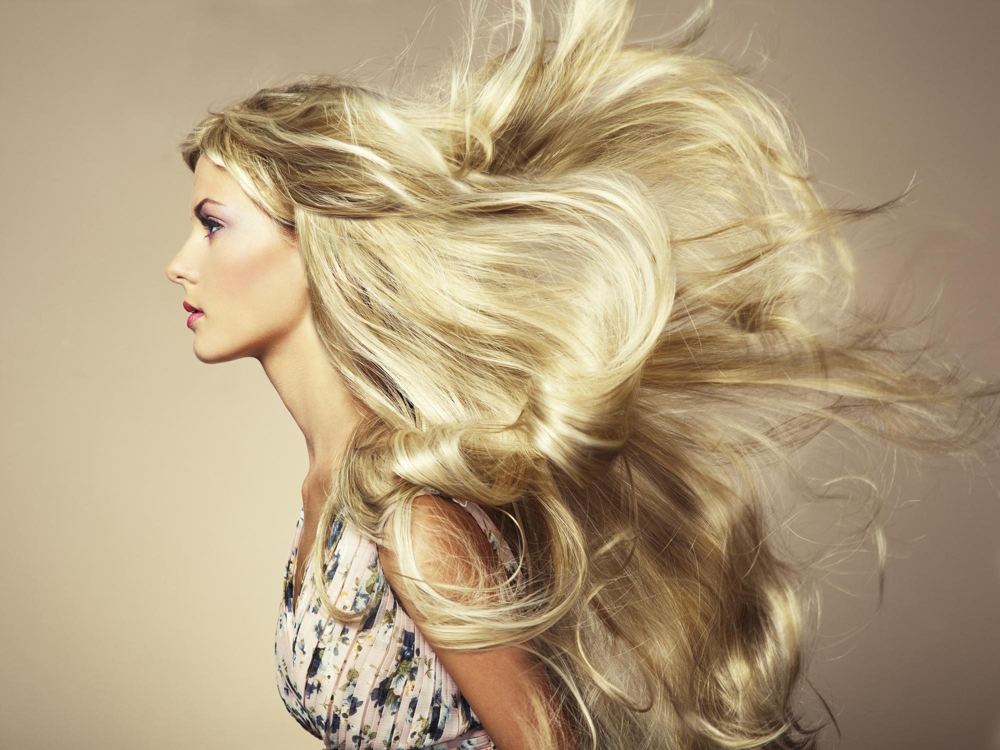 consigli e rimedi per sconfiggere i capelli grassi